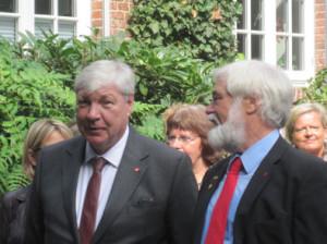Manfred Klöpper und Michael Sommer bei der Einweihung des Antifa-Mahnmals in Dangast, August 2011